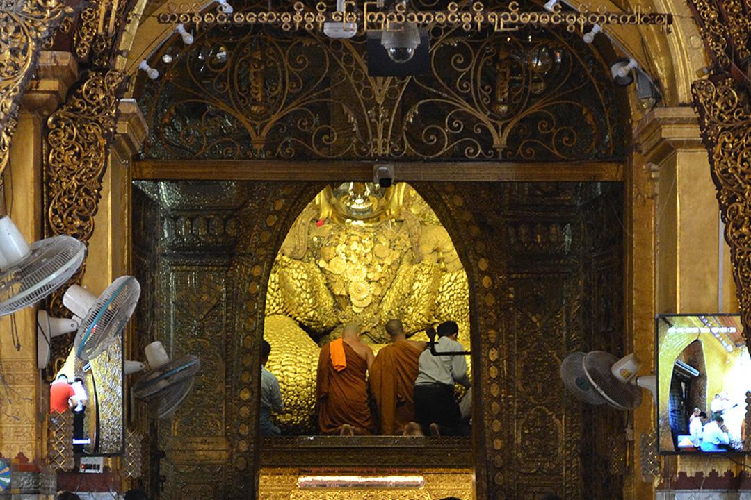 myanmar monks and goldern budha