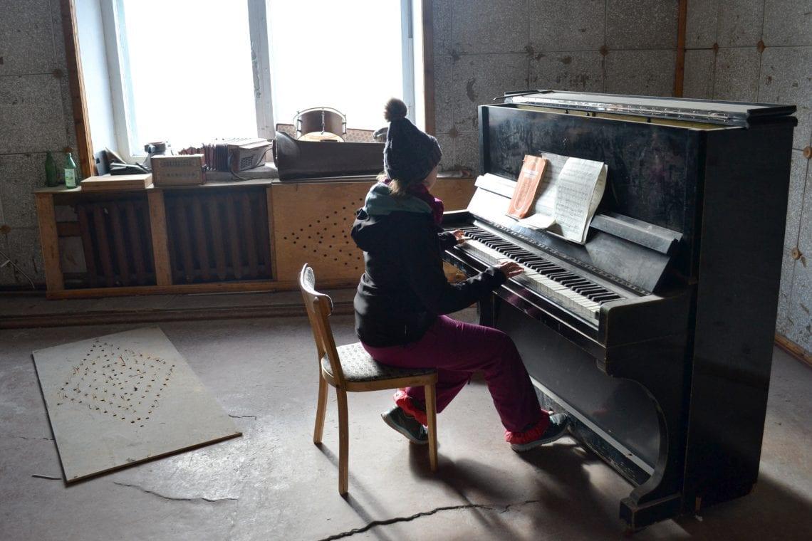 svalbard emma playing piano in pyramiden